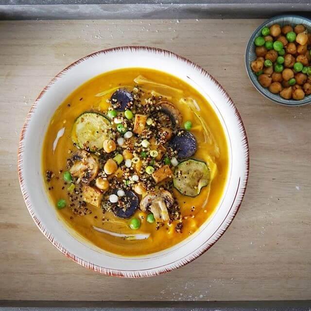 Das ist eine Süßkartoffelsuppe mit Gemüse und Quinoa.